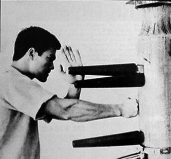 Bruce Lee s'entrainant sur un mannequin de bois